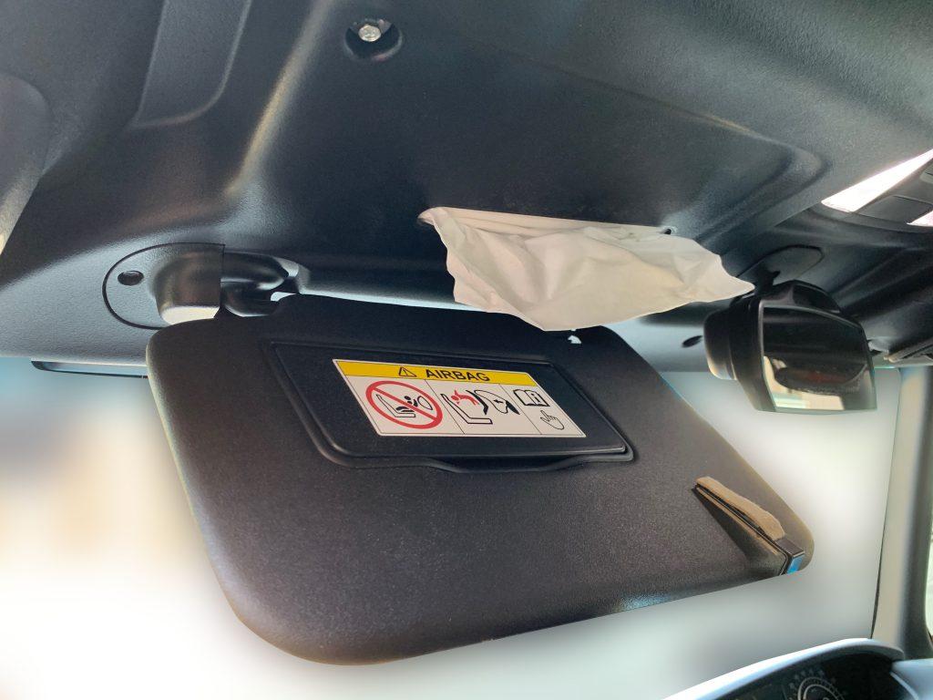 ティッシュが取り出せる穴が、運転席側、助手席側のどちらにもあります。